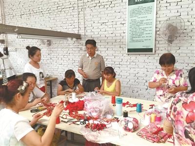 张鸿在陕西武功的农村电商基地考察