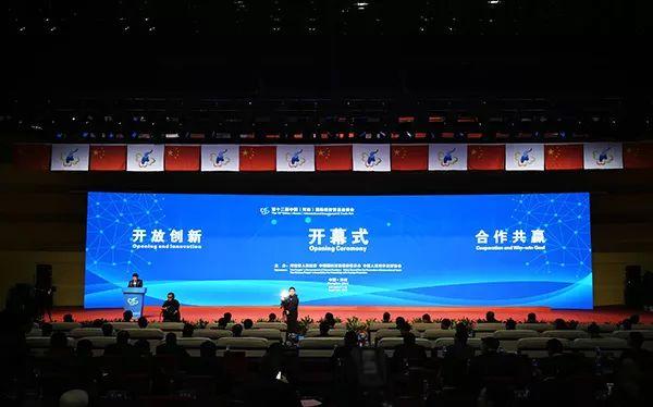 一扇门河南国际投资贸易洽谈会展位吸引各县领导重点参观!
