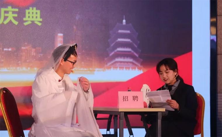 图为杭州总部人事行政及总经办带来的小品《再续前缘·一扇门篇》