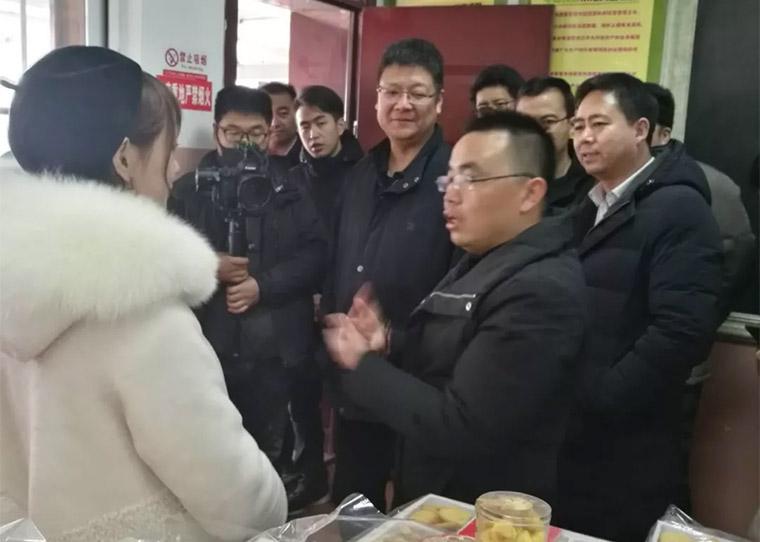 一扇门董事长刘丰春陪同商务部李刚副司长考察布楞沟村企业